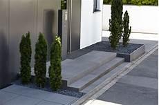 Moderne Vorgärten Bilder - eingangsbereich aus betonstufen und bodenbel 228
