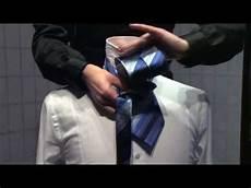 wie bindet eine krawatte bindeanleitung f 252 r krawatten einfacher knoten