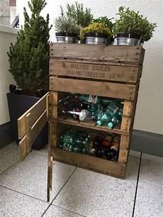Ideen Aus Weinkisten - altflaschen in einem regal aus alten weinkisten verstauen