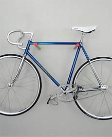 fahrradhalter aus holz an der wand fahrradhalter
