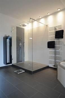 moderne badezimmer mit dusche und badewanne begehbare dusche mit glas und podest bad begehbare