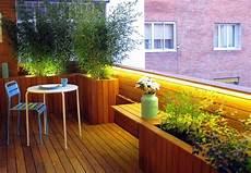 balkon sichtschutz pflanzen bambus holz boden gelaender