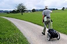 der schrittler mit dem wanderwagen das wandern wagen