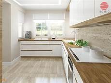 biala kuchnia z drewnianym blatem ladna podloga i