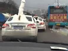 Un Automobiliste Roule Avec Un Gros P 233 Nis En Neige Sur Sa