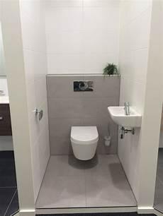 hellgrau bathroom toilet wc badkamer muurtje toiletpot mosa tegels tiles grey white matte mat