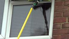 Fenster Putzen Tipps - window cleaning tips using wagtail on a pole