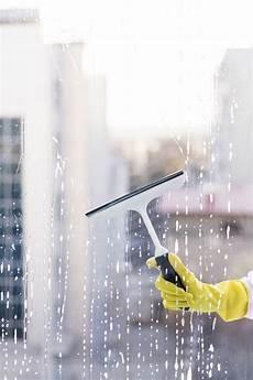 mann fenster reinigen kostenlose foto