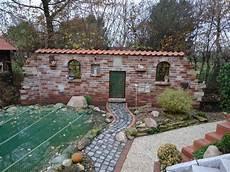 Ruinenmauer Mit Dachziegeln Im Garten Mit Gartenteich