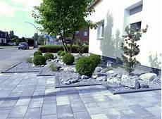 Moderne Vorgärten Bilder - pflegeleichter vorgarten mit buxbaumkugeln front yard