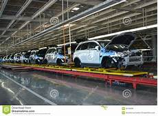 les voitures se tiennent sur la ligne de convoyeur de la