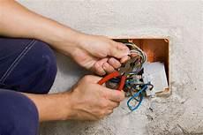 Marode Elektrik Im Altbau Update F 252 R Steckdosen Und Leitungen