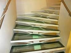 marche en verre escalier avec limon central et marches en verre metal