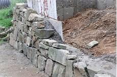 steinmauer selber machen trockenmauer selber machen garten terrasse kiesweg