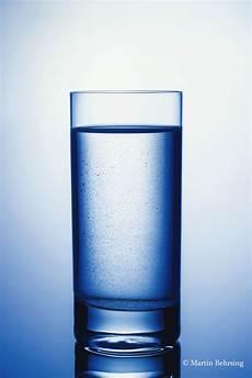 bild im glas ein glas wasser stilllife mit einfachen mitteln martin