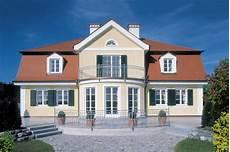 Häuser Mit Fensterläden Bilder - landhaus aus dem bilderbuch