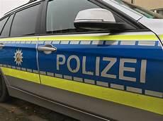 Fahrer Fl 252 Chtet Nach Unfall 93 J 228 Hriger F 228 Hrt Gegen Zaun