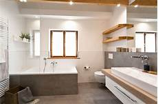 schickes badezimmer mit viel holz badezimmer banovo