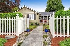 Barriere De Maison Ext 233 Rieur De La Maison Am 233 Ricaine Avec Une Cl 244 Ture En Bois