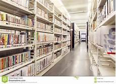 scaffali biblioteca libri sugli scaffali in biblioteca scaffali per libri