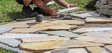 polygonalplatten verlegen trasszement polygonalplatten verlegen rustikales flair und gem 252 tliche