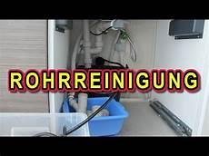 abfluss wasser läuft nicht ab abfluss verstopft rohr sp 220 len mit rohrreinigungsschlauch