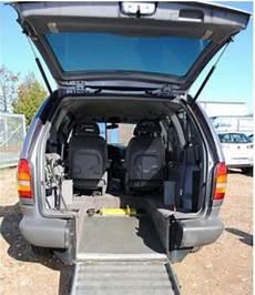 behinderte menschen mit rollstuhl im auto transportieren