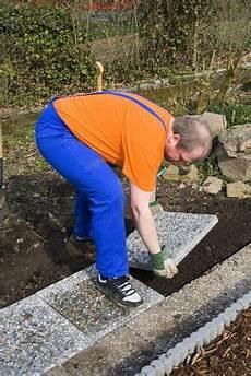 Gehwegplatten Verlegen Auf Erde - verlegen gehwegplatten 187 www selber bauen de