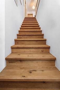 gerade treppe aus holz geschlossen treppengel 228 nder