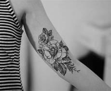 Am Oberarm Gestalten Schwarz Farbe Blumen