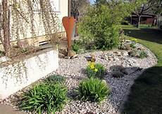 wie vergr 246 223 ern sich pflanzen in kiesbeeten mit folie vlies
