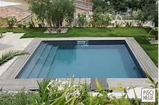 piscine coque carrée une piscine entour 233 e de verdure piscine carre piscine
