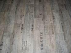 Pvc Bodenbelag Holz Optik Planken Grau Mit Schriftz 252