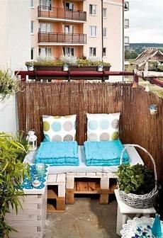 balkonmöbel kleiner balkon kleiner balkon paletten sofa sichtschutz bambusmatten