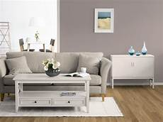 ein wohnzimmer mit taupe als wandfarbe mit bildern