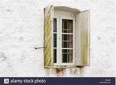 Fenster Läuft Innen An - ein altes fenster mit eisenstangen auf die innen und