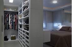 begehbarer kleiderschrank im schlafzimmer integrieren wie kann ich einen begehbaren kleiderschrank in mein
