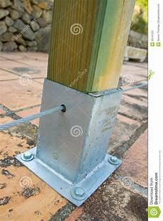 poteau en bois avec le support en m 233 tal image stock
