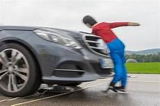 autos für große menschen aktive fu 223 g 228 ngerschutz systeme im adac vergleich