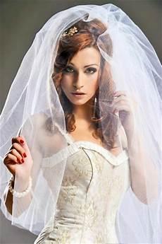 Anmutige Brautfrisur Mit 252 Ppigem Schleier