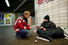 menschen in armut helfen warme mahlzeiten decken drk