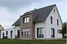 modernes holzhaus satteldach einfamilienhaus modern holzhaus satteldach gaube mit