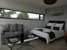 chambre contemporaine design chambre orient 233 e nord avec fen 234 tre allong 233 e dans un style