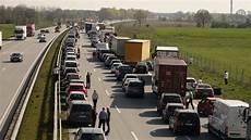 Stau Auf A7 Fahrer Wendet In Rettungsgasse Ndr De