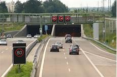 Wie Verhalten Sie Sich Bei Einer Panne In Einem Tunnel - panne im tunnel checkliste sicheres verhalten acv