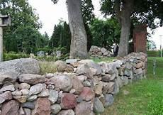 feldsteinmauer selber bauen stehende natursteinmauer bauen