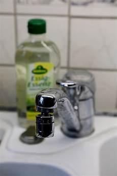 Entkalken Mit Essigessenz - wasserhahn entkalken einfach und schnell so funktioniert s