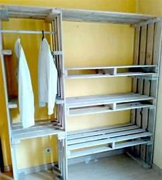 kleiderschrank aus paletten 22 diy ideen wie garderobe aus paletten selber bauen
