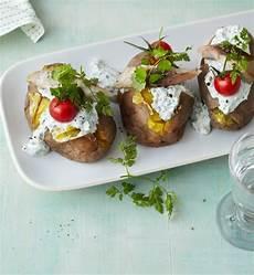ofenkartoffeln mit frankfurter quark und r 228 ucherfisch