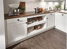 biala kuchnia z drewnianym blatem verle